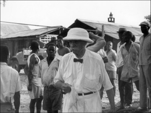 le-docteur-albert-schweitzer-1875-1965-marchant-1963-dans-enceinte-hopital-lambarene-exercait_1_730_449